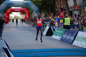 Geoffrey Koech Sieger Alsterlauf 2015 Ziellinie